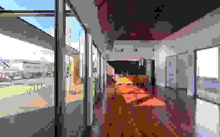 リビング モダンデザインの リビング の 猪股浩介建築設計 Kosuke InomataARHITECTURE モダン 木 木目調
