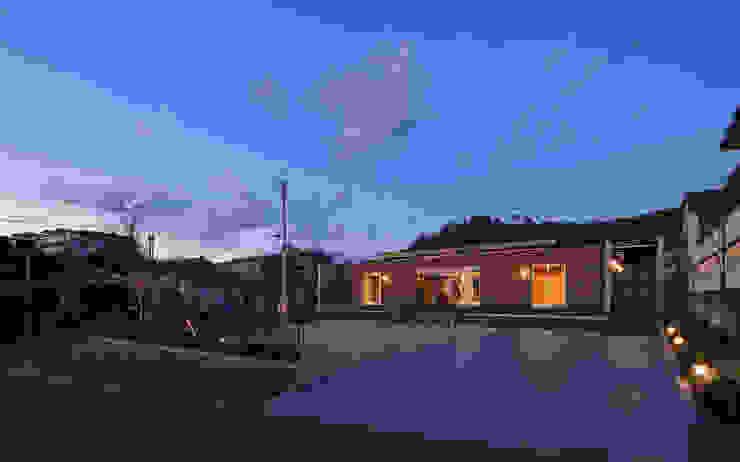 外観夕景 モダンな 家 の 猪股浩介建築設計 Kosuke InomataARHITECTURE モダン 木 木目調