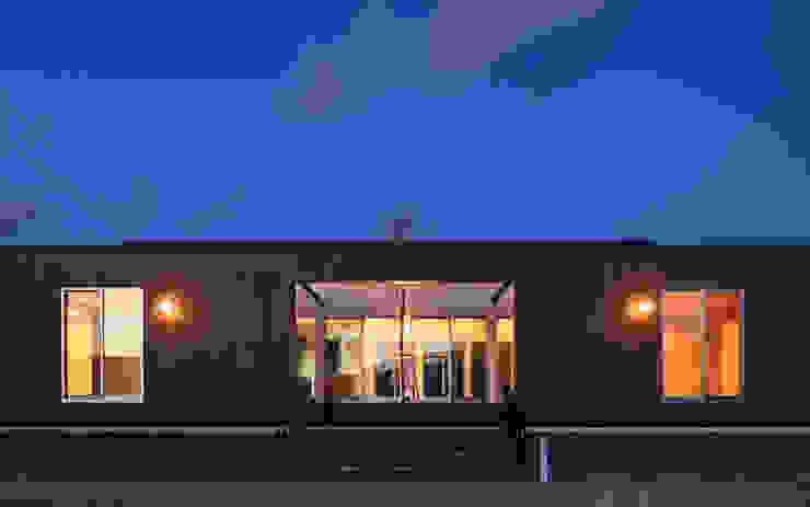 外観夕景2 モダンな 家 の 猪股浩介建築設計 Kosuke InomataARHITECTURE モダン 木 木目調