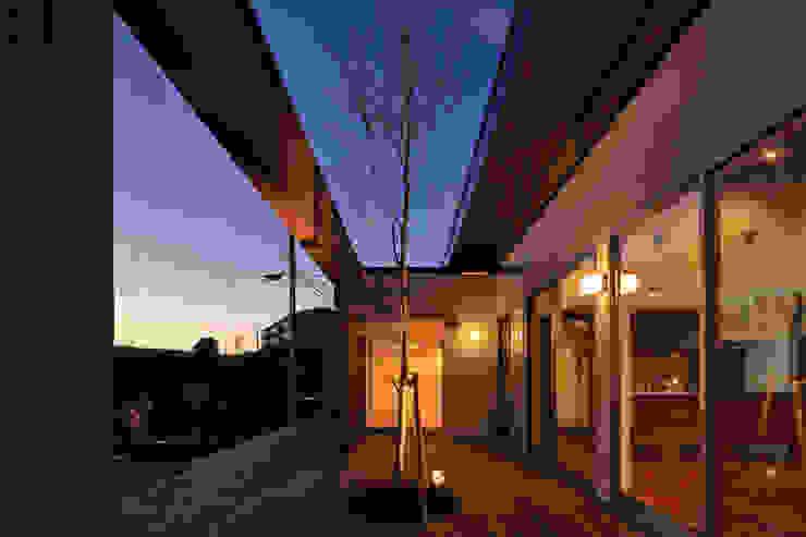 Jardines de estilo moderno de 猪股浩介建築設計 Kosuke InomataARHITECTURE Moderno Madera Acabado en madera