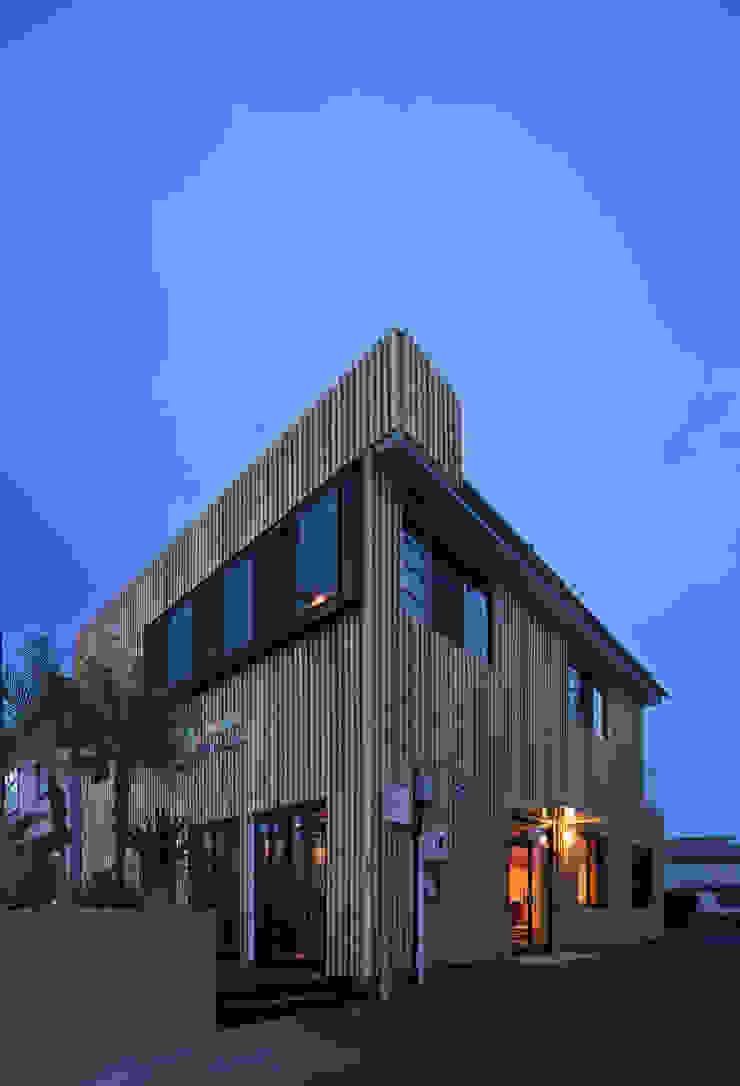 外観2 モダンな 家 の 猪股浩介建築設計 Kosuke InomataARHITECTURE モダン 木 木目調