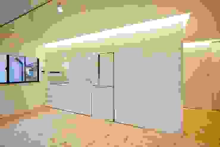 コンパクトで機能的なキッチン: 星設計室が手掛けたキッチンです。,モダン 木 木目調
