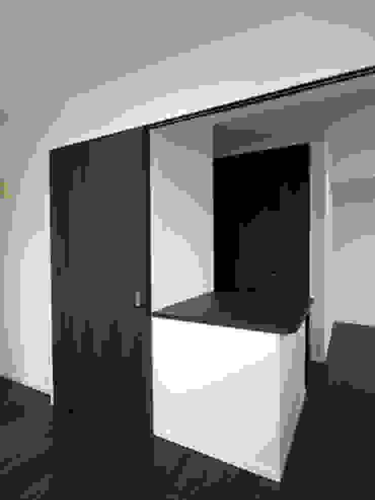 居間 モダンデザインの 多目的室 の 株式会社伏見屋一級建築士事務所 モダン