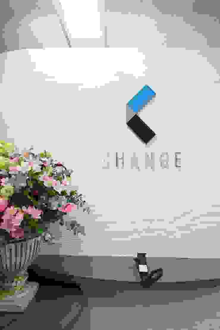 エントランス の 株式会社伏見屋一級建築士事務所 モダン