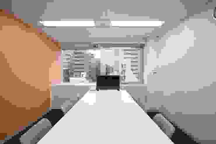 小会議室(打合利用) の 株式会社伏見屋一級建築士事務所 モダン