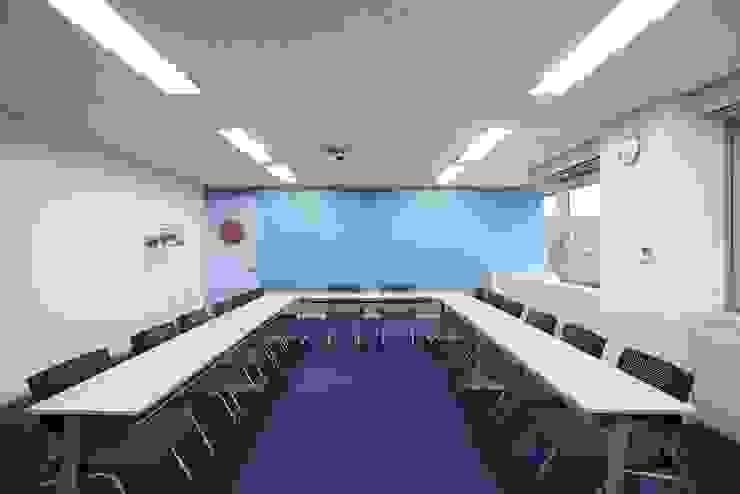 大会議室(打合利用&セミナー利用) の 株式会社伏見屋一級建築士事務所 モダン