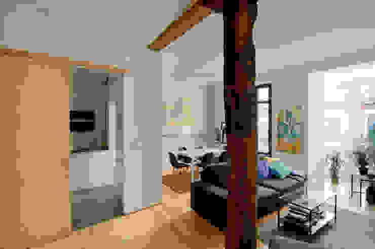 REFORMA VIVIENDA 现代客厅設計點子、靈感 & 圖片 根據 Garmendia Cordero arquitectos 現代風