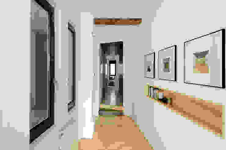REFORMA VIVIENDA Modern corridor, hallway & stairs by Garmendia Cordero arquitectos Modern