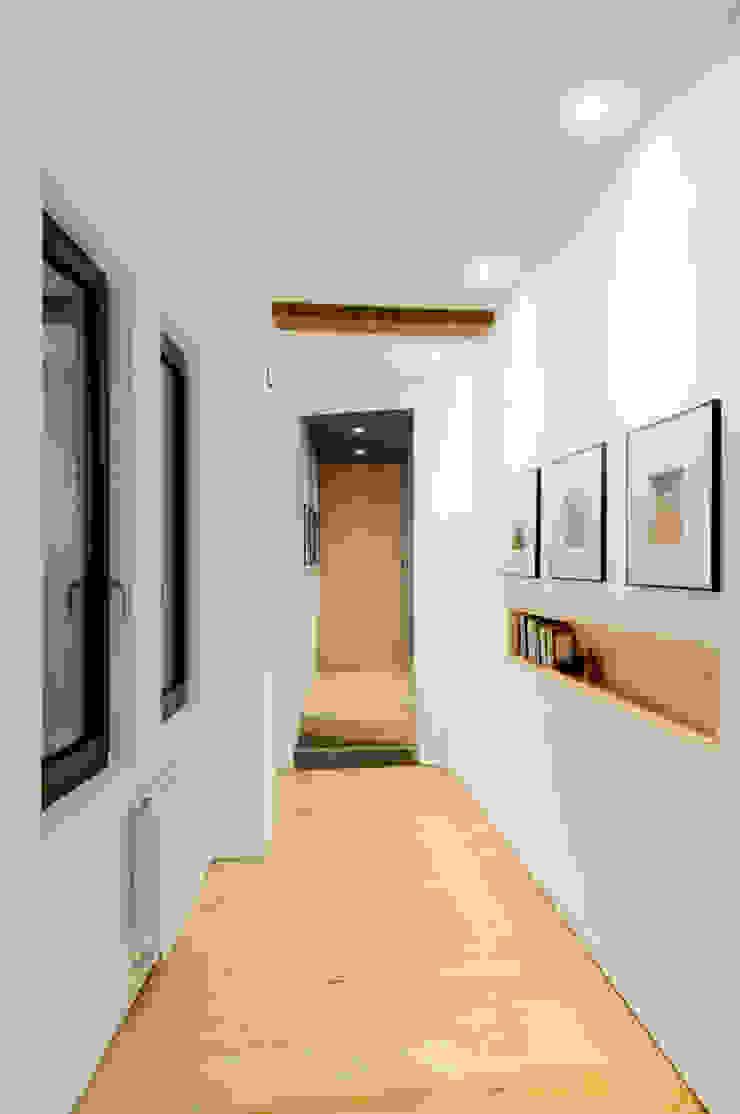 Reforma vivienda Pasillos, vestíbulos y escaleras de estilo moderno de Garmendia Cordero arquitectos Moderno