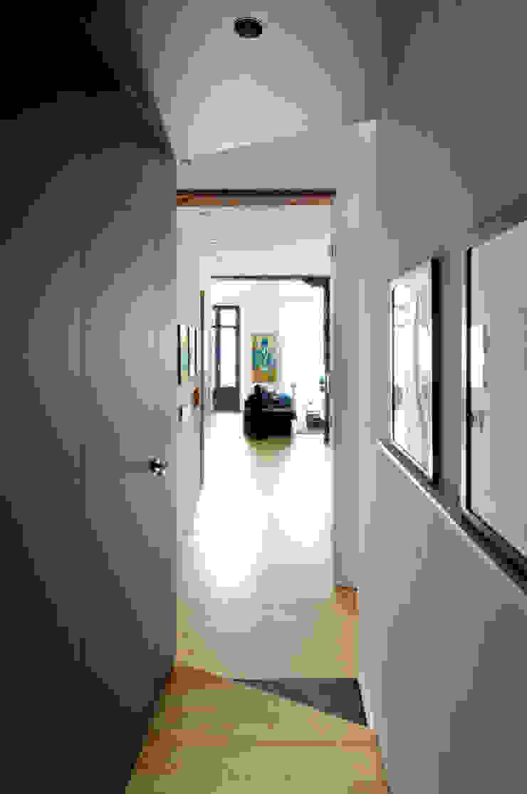 REFORMA VIVIENDA ห้องโถงทางเดินและบันไดสมัยใหม่ โดย Garmendia Cordero arquitectos โมเดิร์น