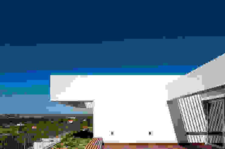 House in Portimão Varandas, marquises e terraços modernos por MOM - Atelier de Arquitectura e Design, Lda Moderno