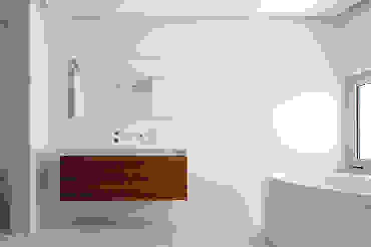 House in Portimão Casas de banho modernas por MOM - Atelier de Arquitectura e Design, Lda Moderno