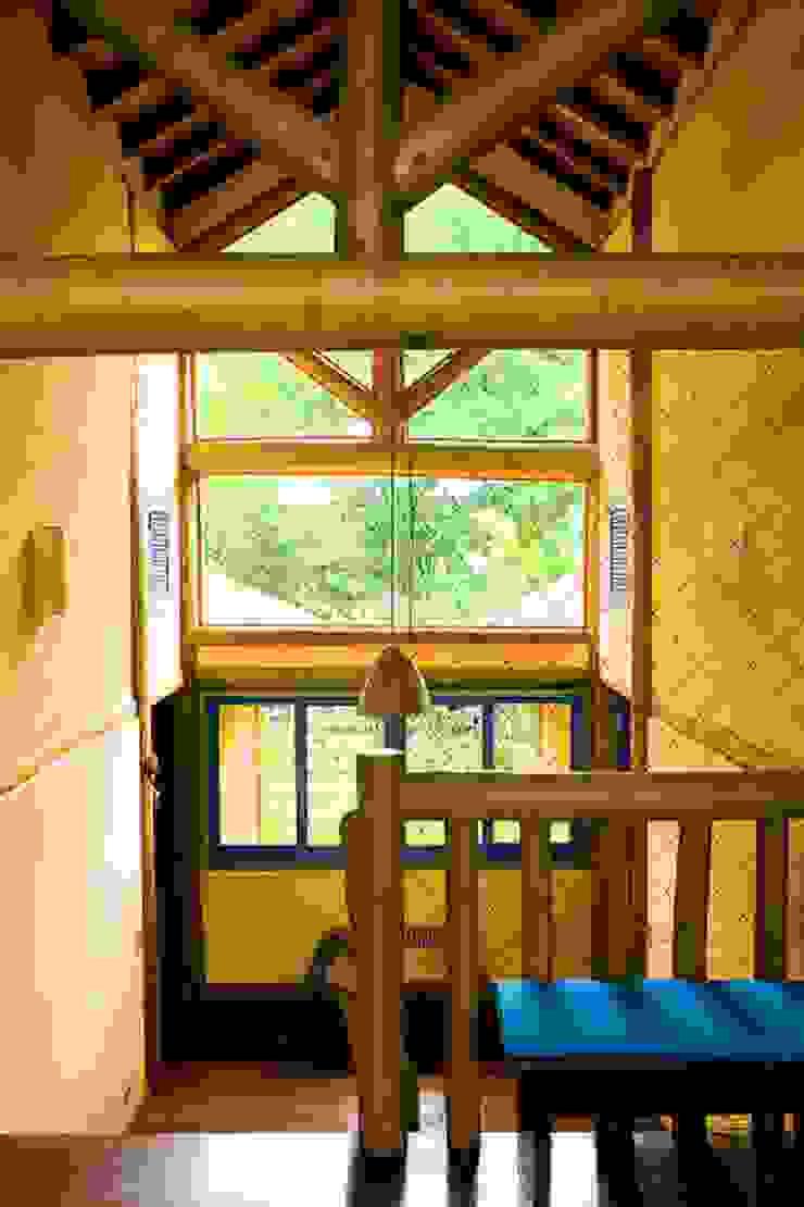Couloir, entrée, escaliers rustiques par MADUEÑO ARQUITETURA & ENGENHARIA Rustique