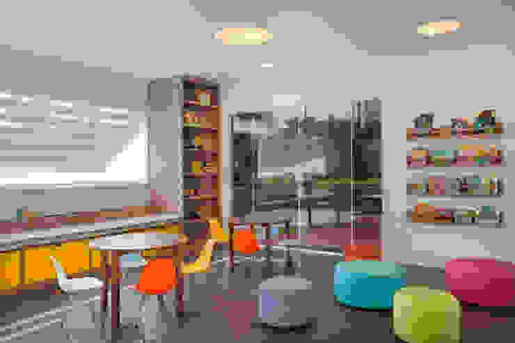 Salão de festas e brinquedoteca Quarto infantil moderno por Carolina Mendonça Projetos de Arquitetura e Interiores LTDA Moderno