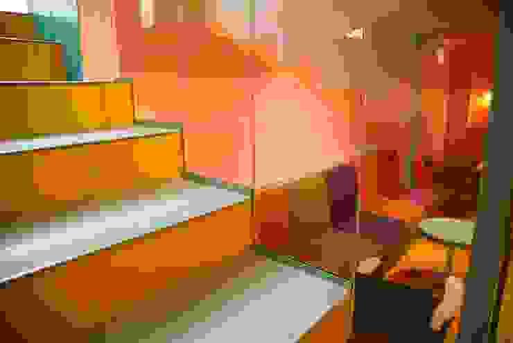 Fotografia zbliżenie na detal balustrady klatki schodowej prowadzącej na poziom -1 od KOLORAMA Nowoczesny