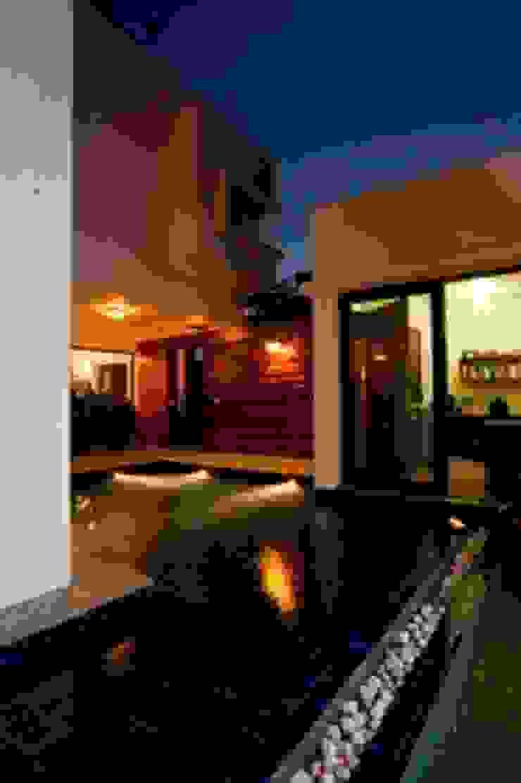 Aurora Residence Modern pool by Sanctuary Modern
