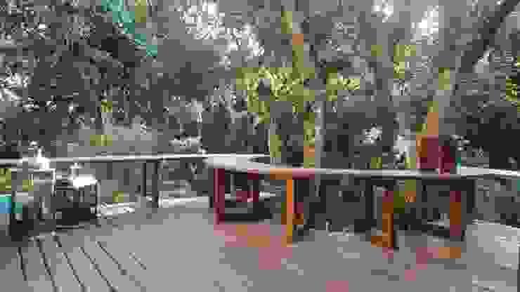 Banco que contorna a paisagem Varandas, alpendres e terraços rústicos por homify Rústico Madeira maciça Multi colorido