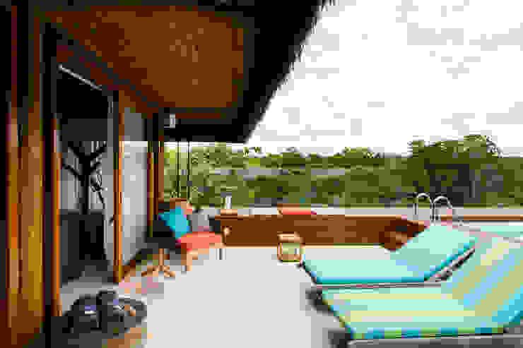 Egzotyczny balkon, taras i weranda od Antônio Ferreira Junior e Mário Celso Bernardes Egzotyczny