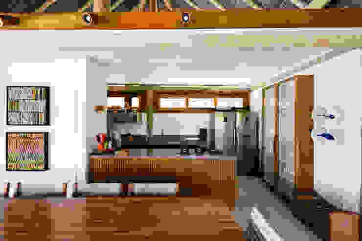 Residência Praia do Forte Cozinhas tropicais por Antônio Ferreira Junior e Mário Celso Bernardes Tropical