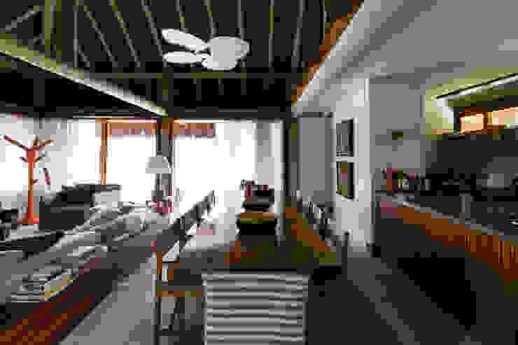 Residência Praia do Forte Salas de jantar tropicais por Antônio Ferreira Junior e Mário Celso Bernardes Tropical