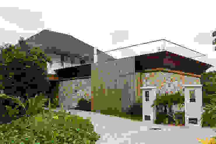 Residência Praia do Forte Casas tropicais por Antônio Ferreira Junior e Mário Celso Bernardes Tropical