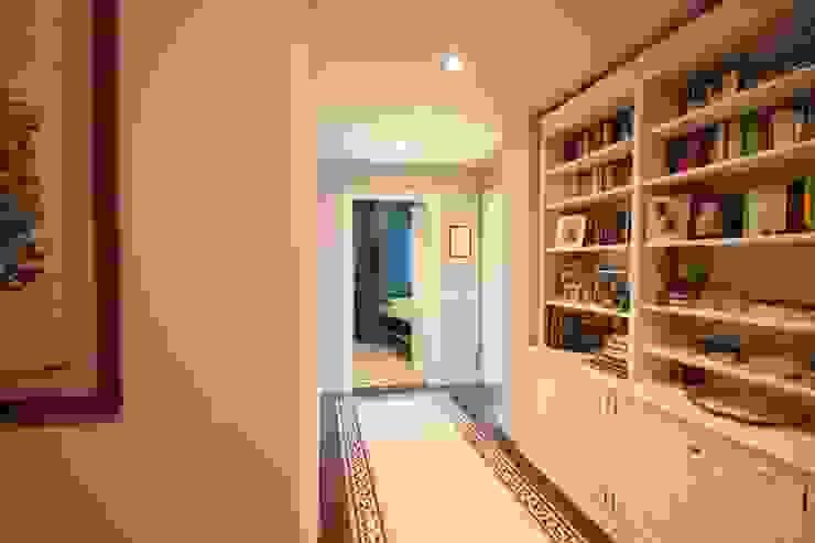 Modern Corridor, Hallway and Staircase by studiodonizelli Modern