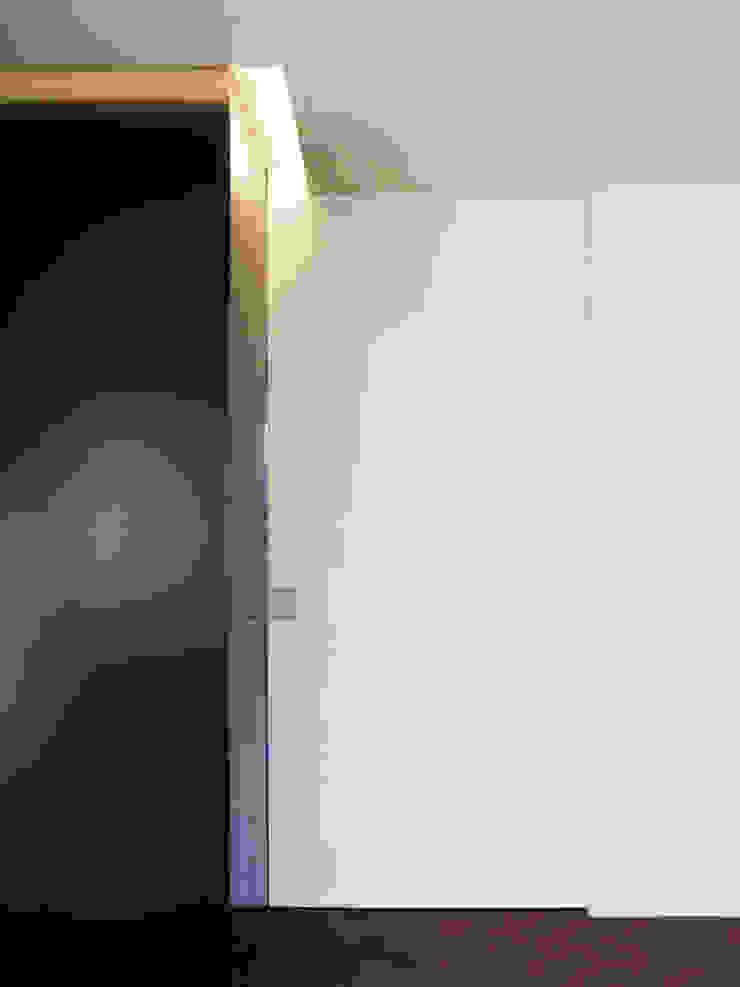 Mosque Apartment Corredores, halls e escadas modernos por Palma Rato + Partners Moderno