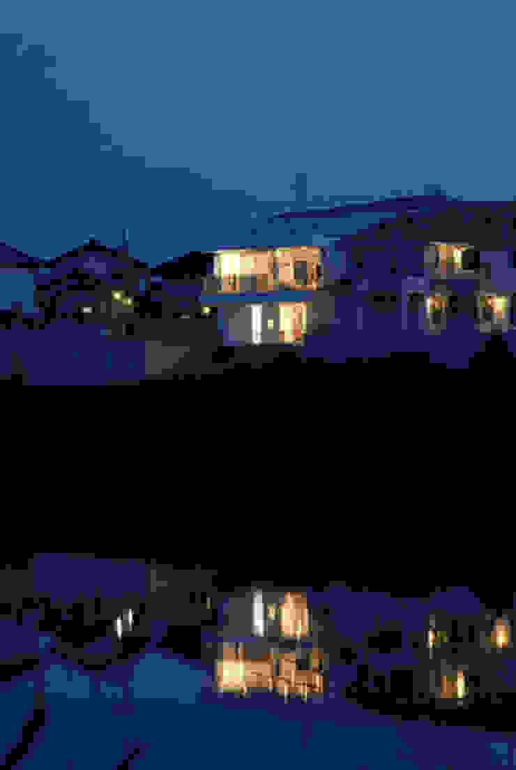 池越しの夕景 モダンな 家 の atelier m モダン