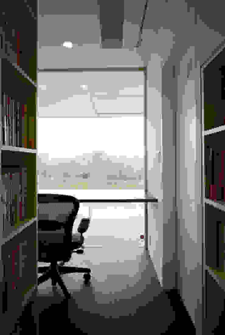 池を望む書斎 モダンスタイルの 玄関&廊下&階段 の atelier m モダン