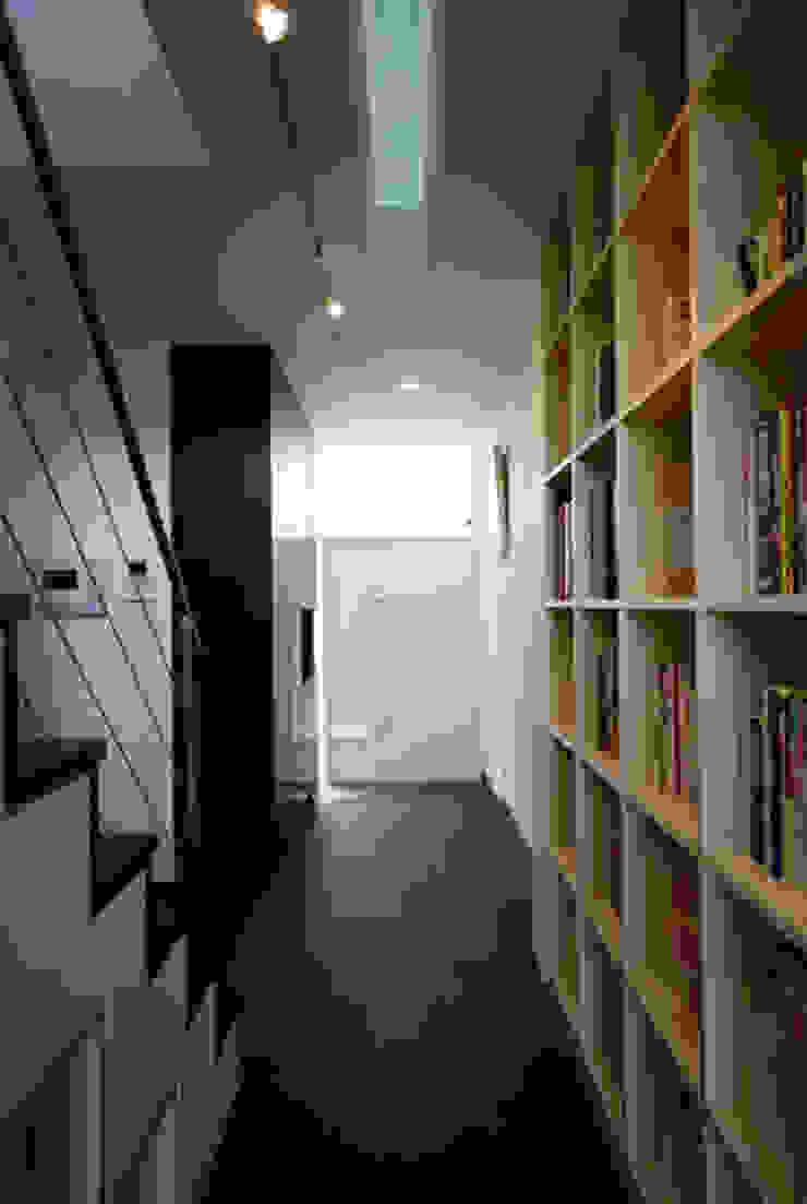 池を望む家-水面を愛でる暮らし- モダンスタイルの 玄関&廊下&階段 の atelier m モダン