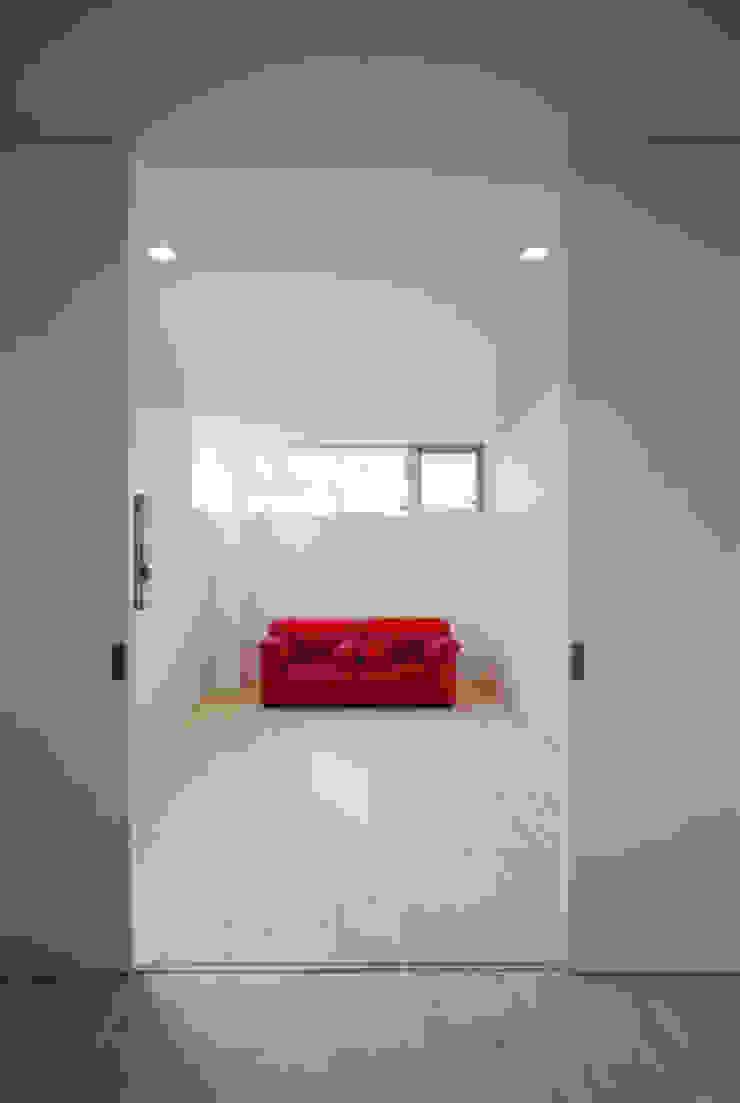 池を望む家-水面を愛でる暮らし- モダンスタイルの寝室 の atelier m モダン