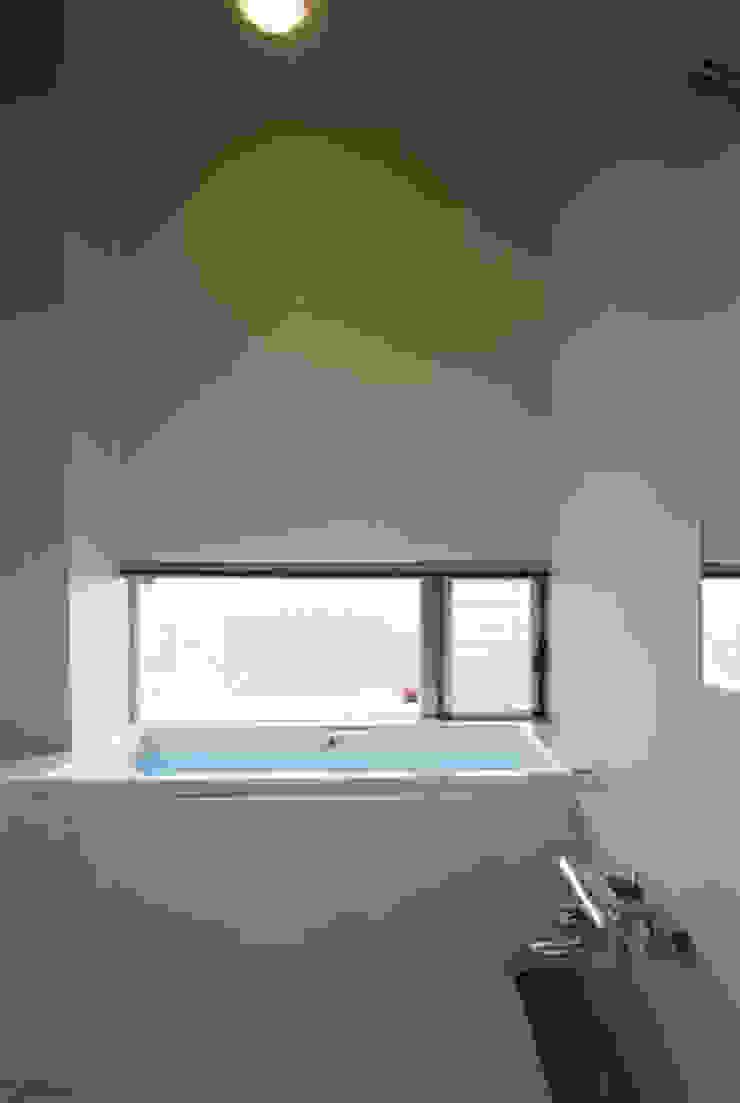 池を望む浴室 モダンスタイルの お風呂 の atelier m モダン