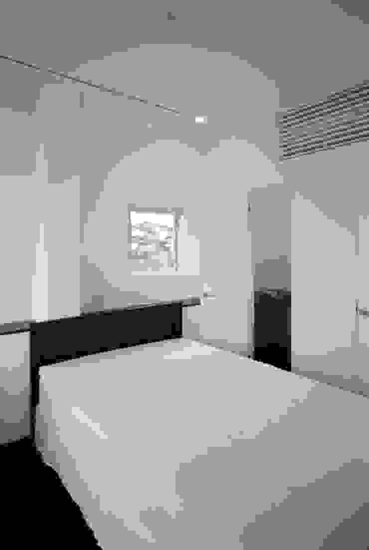 寝室 モダンスタイルの寝室 の atelier m モダン