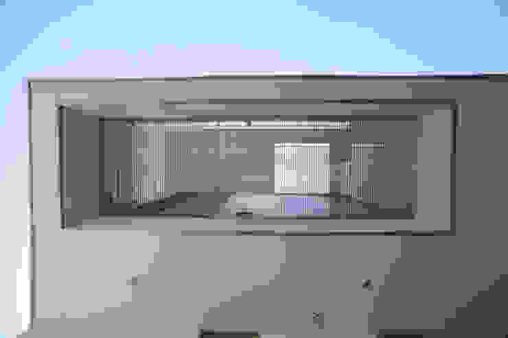 池を望む家-水面を愛でる暮らし- モダンデザインの テラス の atelier m モダン