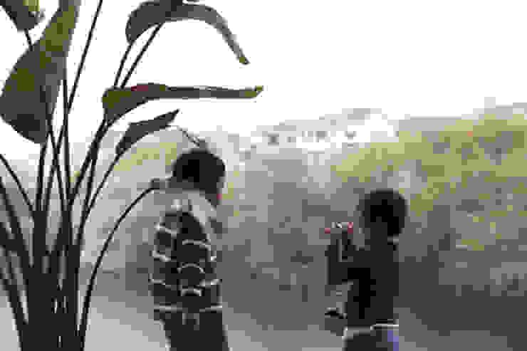 池を望む家-水面を愛でる暮らし- モダンデザインの リビング の atelier m モダン