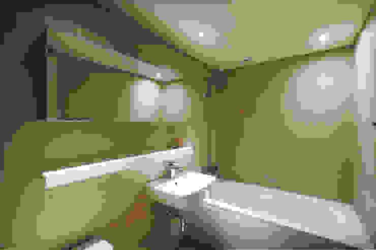 Modern bathroom by Qua.D Modern