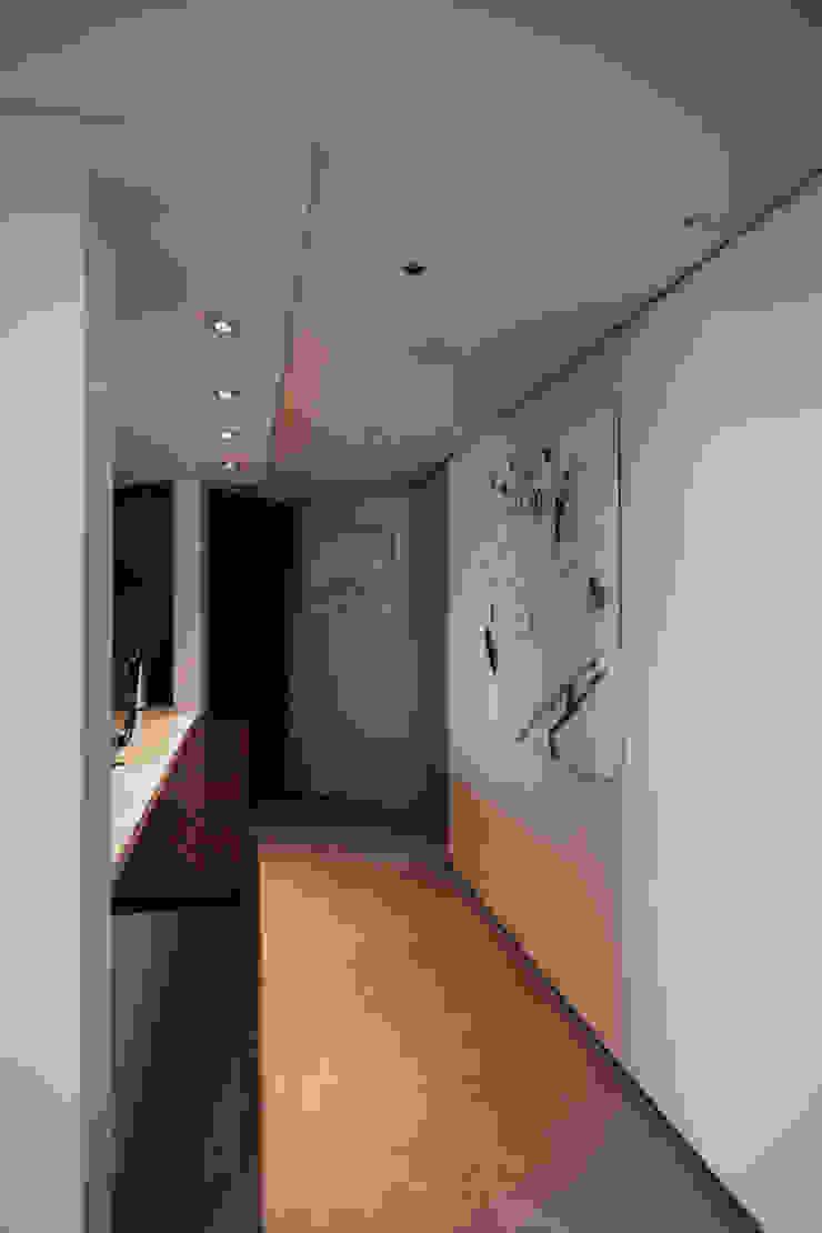 Modern Corridor, Hallway and Staircase by 샐러드보울 디자인 스튜디오 Modern