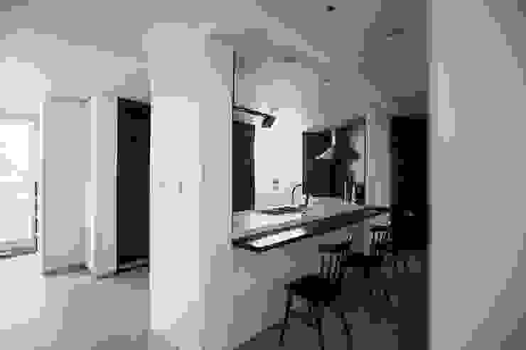 Столовая комната в стиле модерн от 샐러드보울 디자인 스튜디오 Модерн