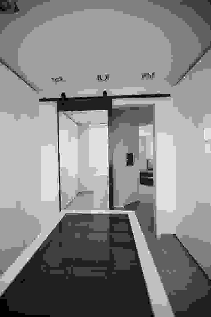 Modern Dressing Room by 샐러드보울 디자인 스튜디오 Modern