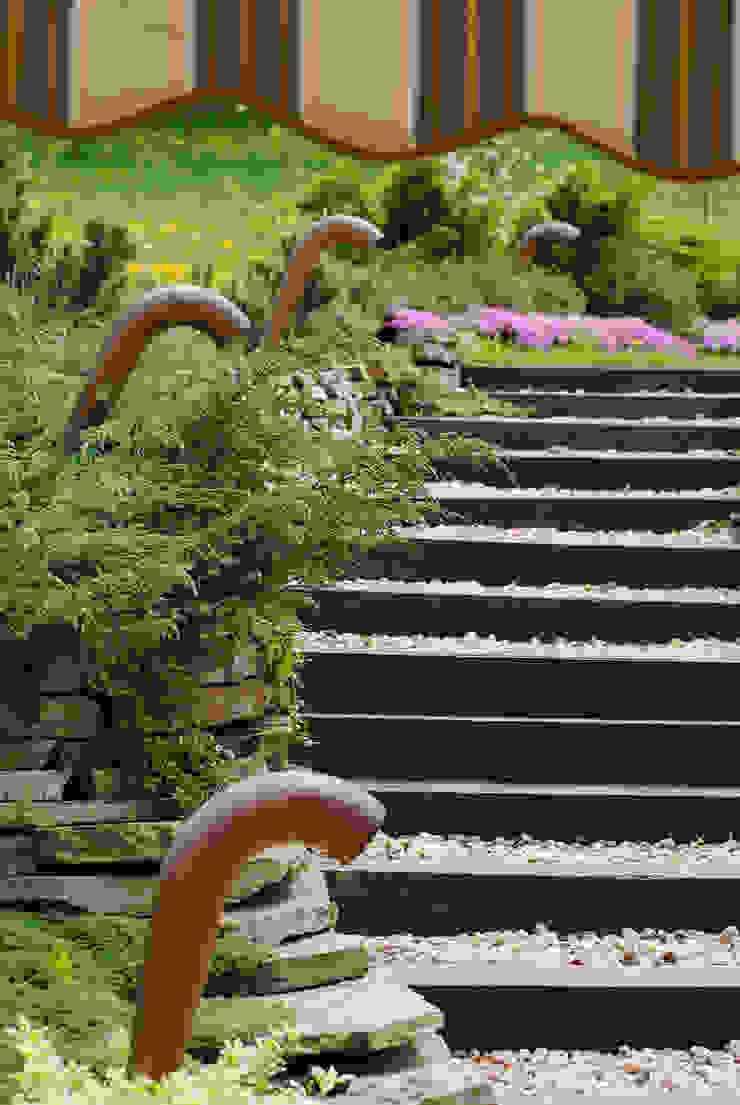Ogród z tarasem Nowoczesny ogród od Pracownia Projektowa Architektury Krajobrazu Januszówka Nowoczesny