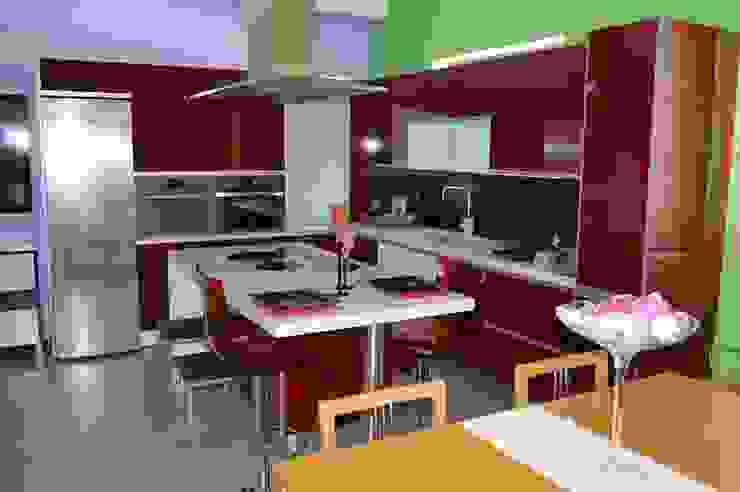 Cozinha em termo-laminado brilhante por Ansidecor Moderno Derivados de madeira Transparente