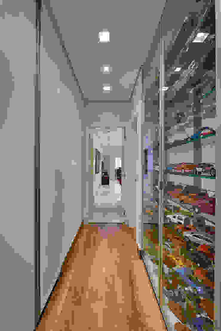 Amis Arquitetura e Decoração Pasillos, vestíbulos y escaleras de estilo moderno