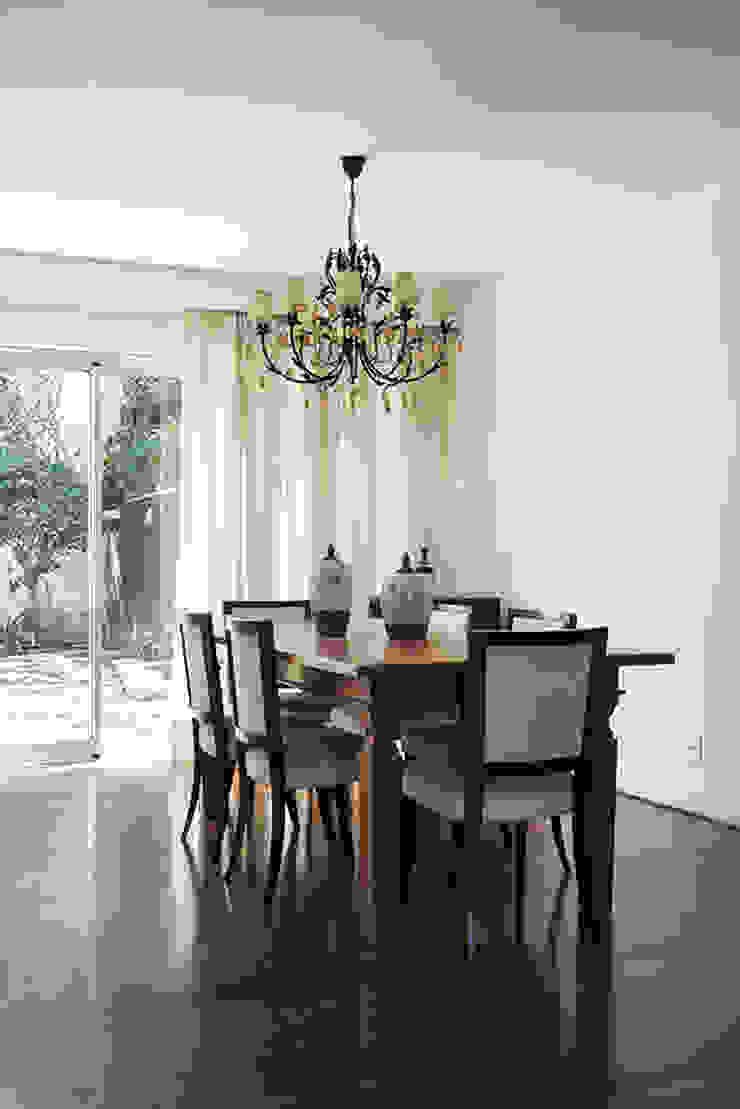 Residencia em Condomínio fechado Lucia Helena Bellini arquitetura e interiores Salas de jantar modernas