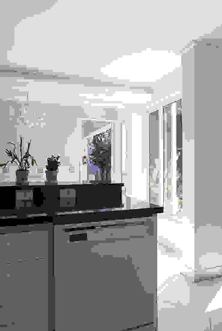 Residencia em Condomínio fechado Lucia Helena Bellini arquitetura e interiores Cozinhas modernas