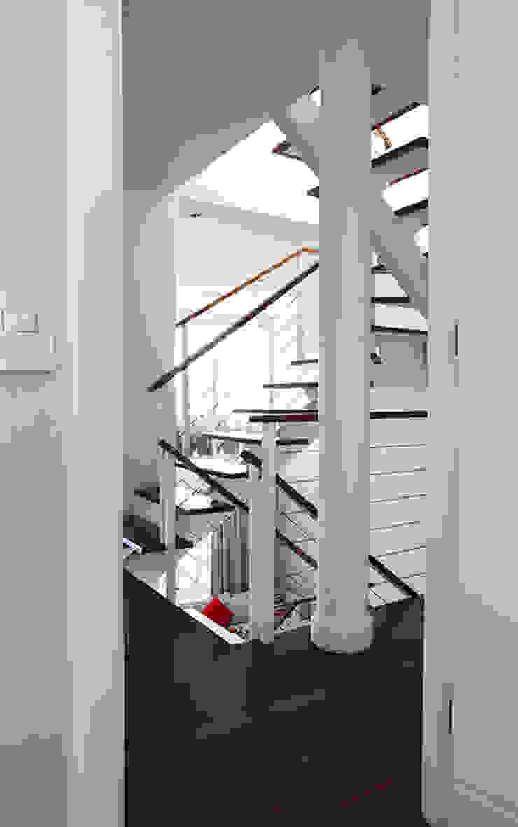 Residencia em Condomínio fechado Lucia Helena Bellini arquitetura e interiores Salas de estar modernas