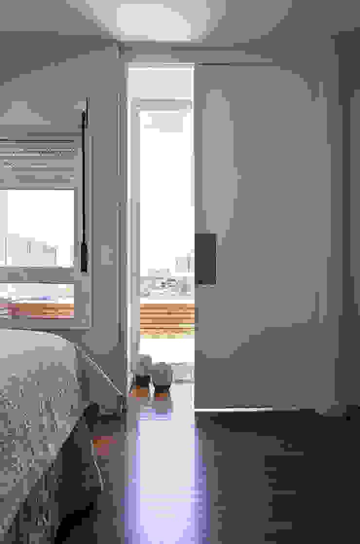 Residencia em Condomínio fechado Lucia Helena Bellini arquitetura e interiores Quartos modernos