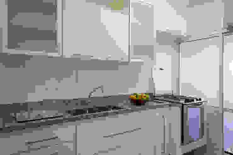 Apartamento para jovem rapaz Cozinhas modernas por Lucia Helena Bellini arquitetura e interiores Moderno