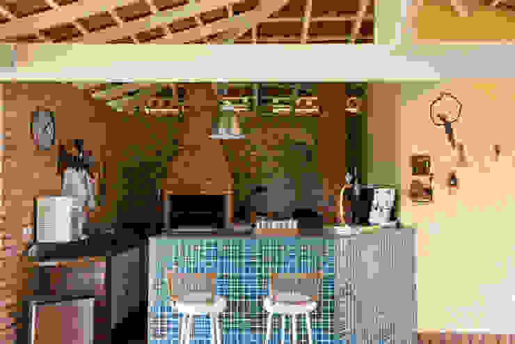 Landelijke balkons, veranda's en terrassen van Lucia Helena Bellini arquitetura e interiores Landelijk