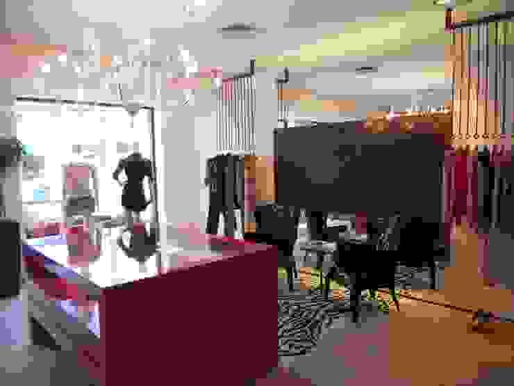 Loja roupas femininas-alfaiataria Lucia Helena Bellini arquitetura e interiores Salas de estar modernas