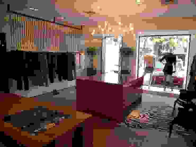 entrada da loja Lucia Helena Bellini arquitetura e interiores Salas de estar modernas